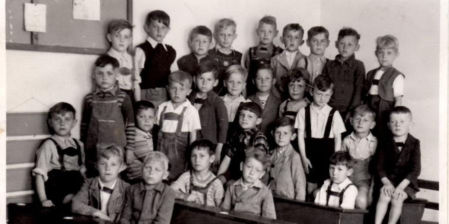 Nicht jedes Kind hat am ersten Schultag eine Tüte - auch Richard Guckenberger (Zweiter von links unten, mit der Schürze) ging ohne an den Start.