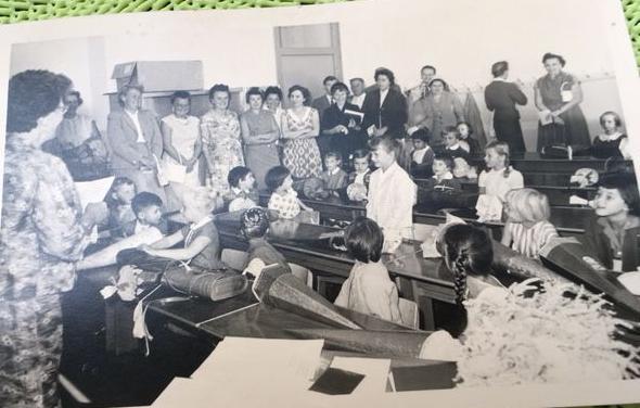 Der erste Schultag ist nicht nur für die Erstklässler aufregend. Auch die Eltern verfolgen die Einschulung voller Spannung. Dieses Bild zeigt den ersten Unterricht, den Elisabeth Klepek genießen durfte.