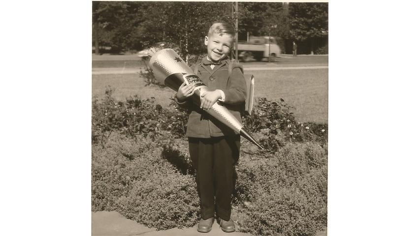 Da freut sich aber einer: Sichtlich zufrieden genießt Gerd Maußner 1959 seinen großen Tag. Die nächsten Jahre verbringt der Nürnberger an der Volksschule an der Gibitzenhofstraße 151.