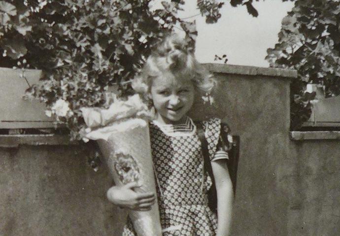 Angelika Fritsch aus Altdorf ließ sich im September 1952 in der Haydn-Straße 15 in Nürnberg ablichten.