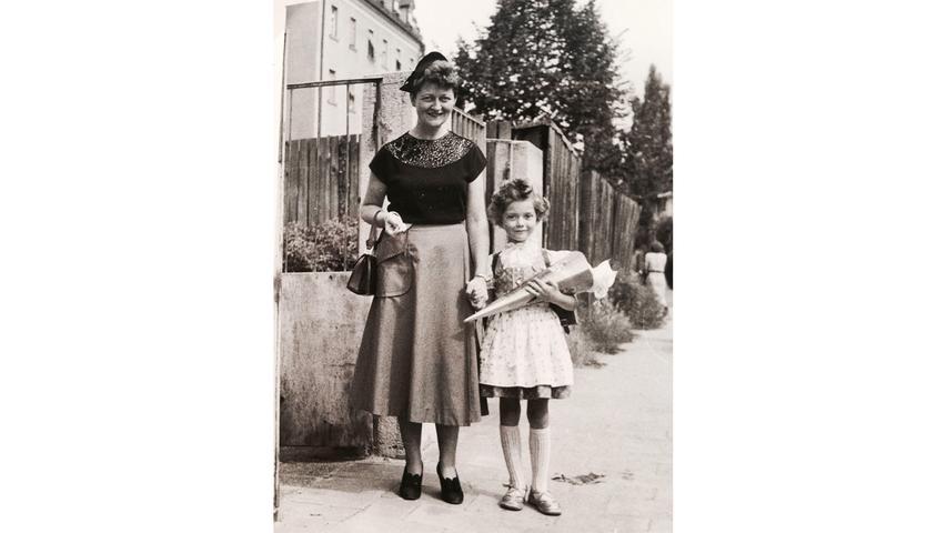 An der Hand ihrer Mutter ging Eva Linn im September 1953 erstmals in die Holzgartenschule in Nürnberg.