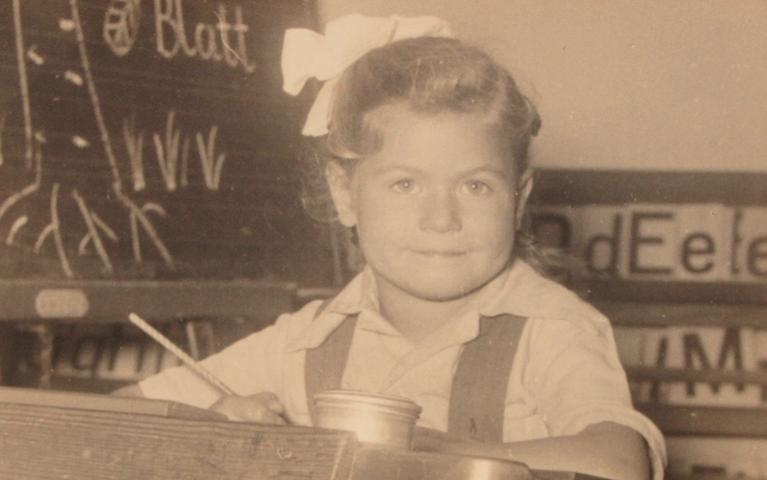 Ganz routiniert sitzt Sabine Langenfaß an ihrem ersten Schultag im September 1953 an ihrem neuen Stammplatz in der Volksschule Bad Kohlgrub(damals noch Kohlgrub).