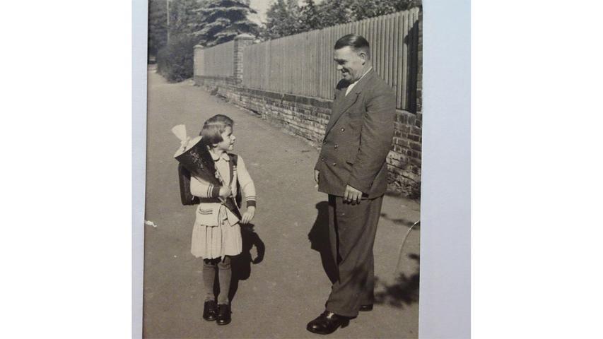 Papas ganzer Stolz: Brigitte Bochum bei ihrer Einschulung 1954 in die Grundschule in Schnaittach.