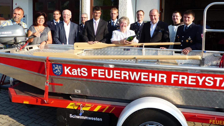 """Das neue Aluminium-Flachwasserschubboot der Stützpunktwehr Freystadt erhielt die kirchliche Weihe und wurde von Schiffspatin Astrid Wagner auf den Namen """"Astrid"""" getauft."""