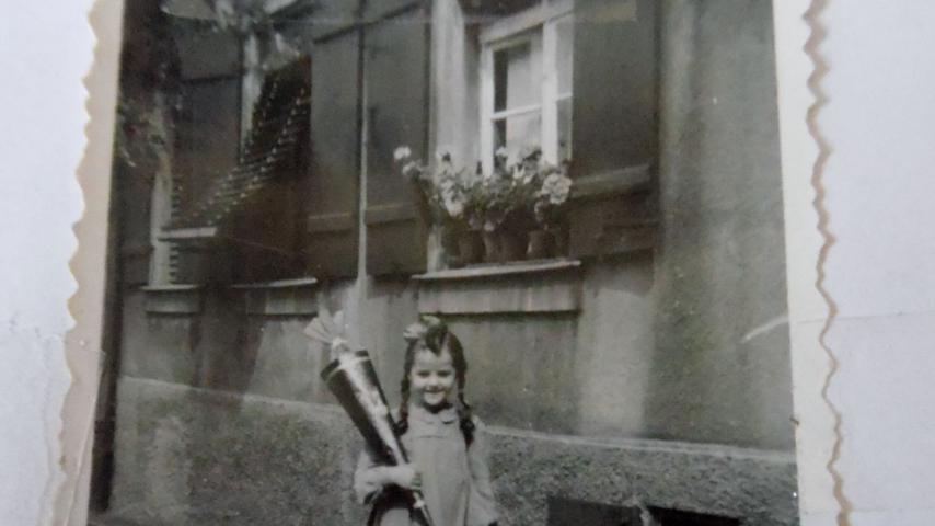 Voller Vorfreude präsentiert Gerlinde Schon (geb. Heidelberger) vor dem Schrödershof ihre Schultüte. Los ging es für sie im Jahr 1950 im Michelschulhaus (Mädchen).