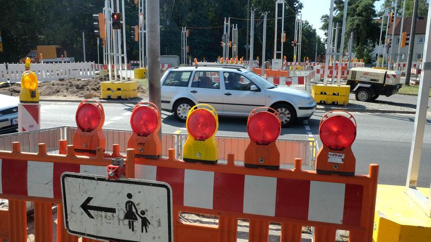 An der Kreuzung Trierer Straße/Kornburger Straße in der Südstadt wird derzeit die Ampelanlage saniert, was noch bis mindestens Ende September Staus und Verkehrsbehinderungen nach sich zieht.