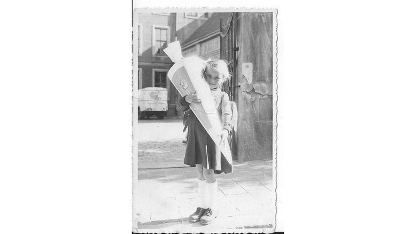 So eine große Schultüte darf man ruhig herzlich umarmen. Helga Burger freute sich am 2. September 1954 über ihre Einschulung.