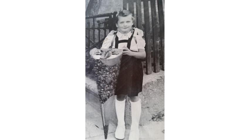 Rosi Auernhammer präsentiert am 1. September 1948 ihre große Schultüte.
