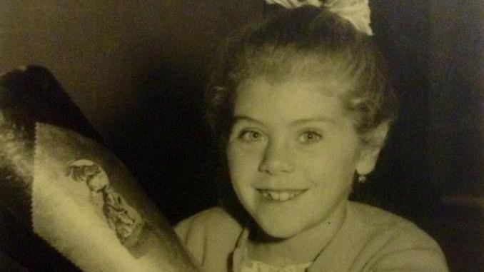 Lissy Gröner freut sich 1961 über ihren großen Tag.