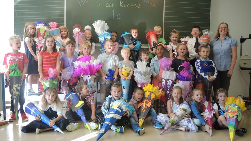 Strahlend und voller Vorfreude zeigen sich die Jungen und Mädchen der Klasse 1c - gemeinsam mit Klassenleiterin Katja Neugebauer.