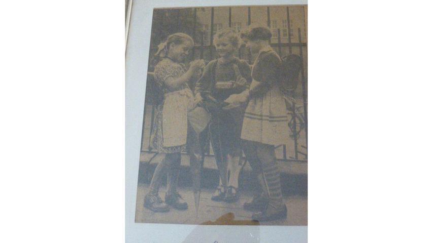 Drei gut gelaunte Mädchen am ersten Schultag. Elisabeth Bräun denkt gerne an ihre Einschulung im Septmber 1955 zurück.