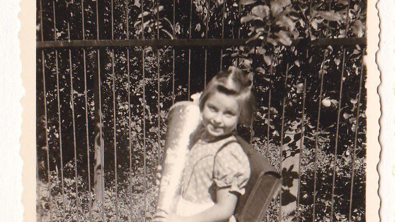 Gertrud Schmidt aus Emskirchen schaut sich ihr Foto mit Schultüte auch heute noch gern an. Am 1. September 1954 wurde sie in Diespeck/Aisch eingeschult.