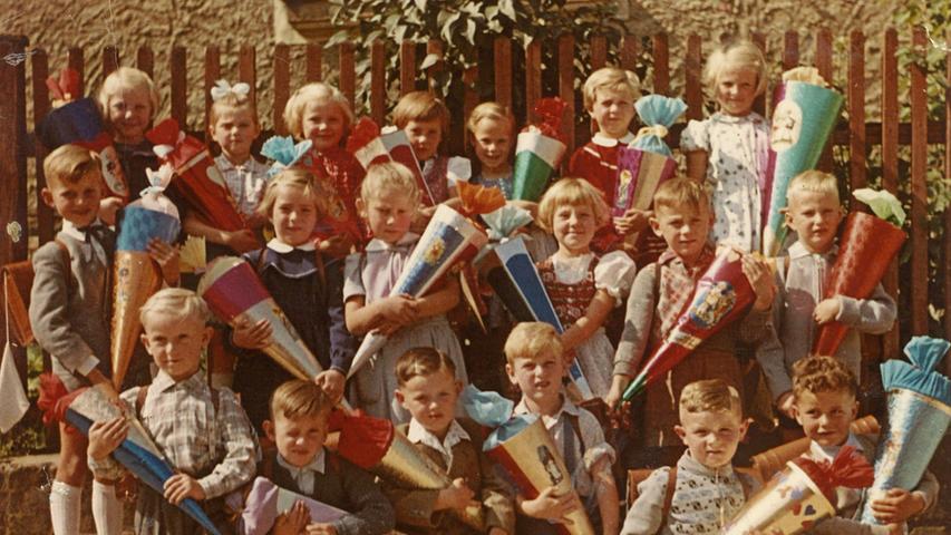 Hans-Peter Hubmann zeigt dieses Foto vom ersten Schultag 1958 in Hartmannshof.