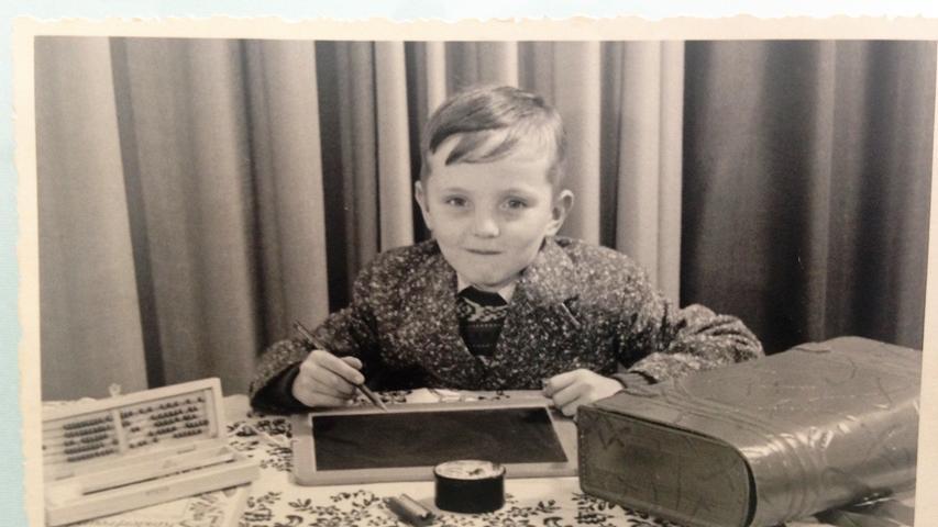Manfred Gutbrod hatte die Chef-Pose schon als Erstklässler drauf. Der gebürtige Nürnberger, der heute in Fürth wohnt, wurde im September 1956 eingeschult.