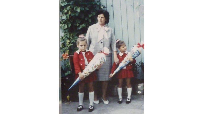 Zwei Schultüten sind besser als eine: Ingrid Müller aus Roth posiert am ersten Schultag im September 1967 mit ihrer Zwillingsschwester und ihrer Mutter.