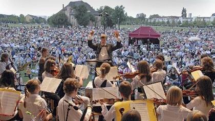 Riesenandrang: Die Jungen Streichhölzer verwöhnten die Zuhörermenge nicht nur mit klassischer Musik, sondern auch mit Liedern aus der Filmgeschichte wie der Melodie aus «Die Glorreichen Sieben».