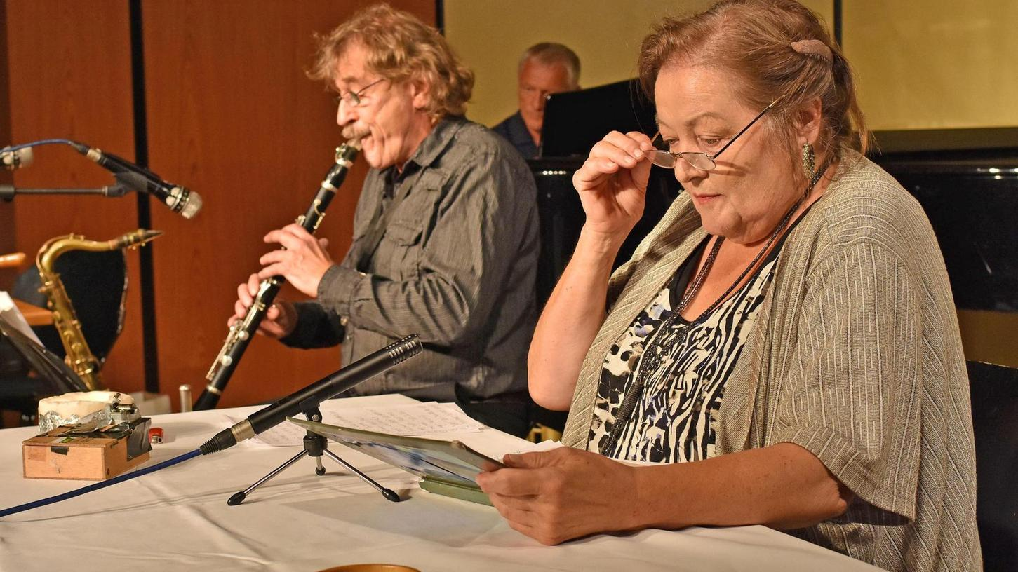 Die Gelassenheit selbst: Marianne Sägebrecht in der Paul-Metz-Halle mit Klarinettist Andreas Arnold und Pianist Josef Brustmann.