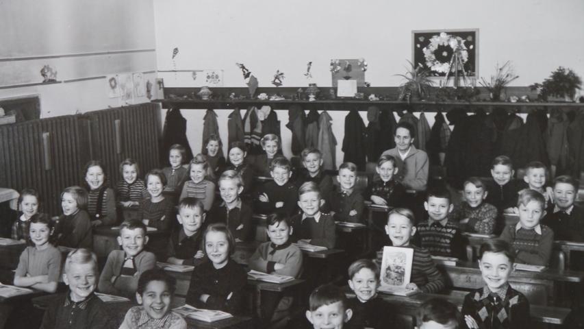 Gerhard Clemenz wurde im September 1953 in der damaligen Prinzregentenschule in Erlangen am Langemarckplatz eingeschult. Ganz hinten im Bild ist seine Lehrerin,