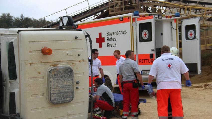 Bei einem Unfall in einem Steinbruch in Ittling bei Simmelsdorf wurde der Fahrer eines Lkw schwer verletzt, als das Fahrzeug aus unbekannter Ursache umkippte.