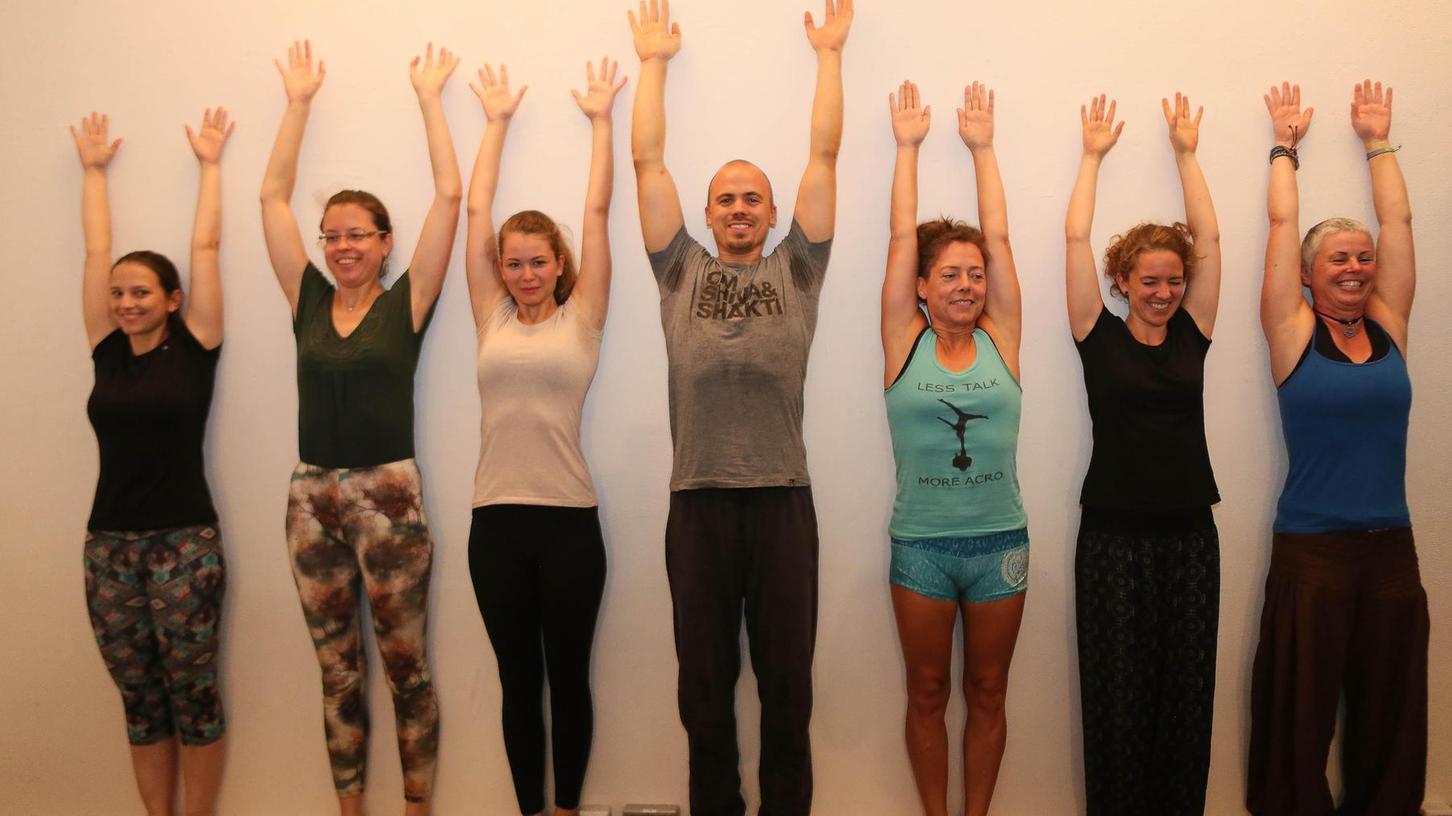 Was einfach aussieht, ist gar nicht so einfach: Beim Stehen an der Wand, als Vorbereitung für den Handstand, soll möglichst der ganze Körper anliegen.