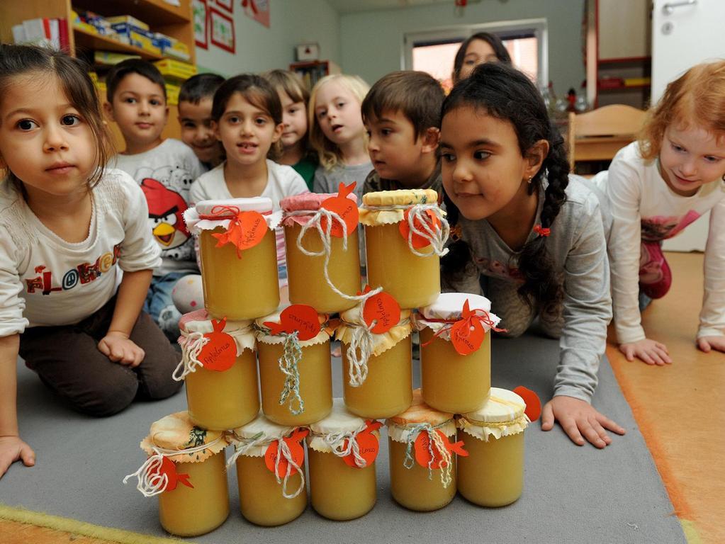Immer wieder werden die Kinder des Mütterzentrums, hier mit Kompott für den Apfelmarkt, mit den Senioren zusammengebracht.