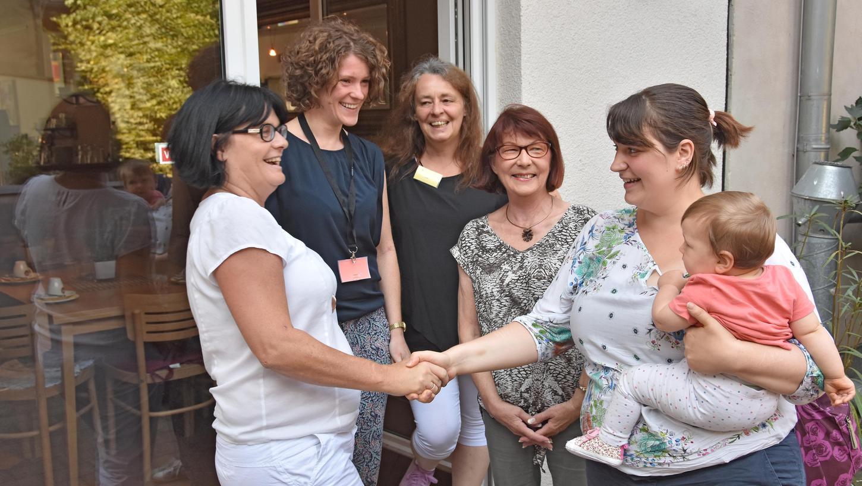 Zehn Jahre ist es her, dass Kerstin Wenzl (2. von li.) einen Anruf bekam, der sie und ihr Team sehr glücklich machte: Das Mütterzentrum wurde zum Mehrgenerationenhaus.