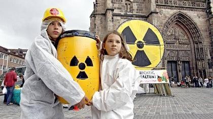 Wohin mit dem Atommüll? Mitglieder der Bürgerinitiative Lüchow-Dannenberg versenkten symbolisch ein paar Fässer vor der Lorenzkirche, um gegen die ungelöste Entsorgung zu protestieren. Im Hintergrund ist ein - ebenfalls symbolischer - Bohrturm zu sehen, mit dem sie die Eignung des Nürnberger Untergrunds für die Atommüll-Lagerung erkundeten. Ergebnis: Auch nicht schlechter als in Gorleben, wo die Bürgerinitiative seit Jahren gegen die Errichtung eines Endlagers kämpft. Mit der Aktion und einem Vortrag am Abend wollten die Atomkraft-Gegner darauf aufmerksam machen, dass bei der kommenden Wahl die Weichen für die künftige Kernenergie-Politik gestellt werden und dabei sowohl die Pannenserie im Reaktor Krümmel (siehe S. 1 und 2) als auch die massiven Entsorgungsprobleme ihrer Ansicht nach für eine sofortige Stilllegung der Atomkraftwerke sprechen.