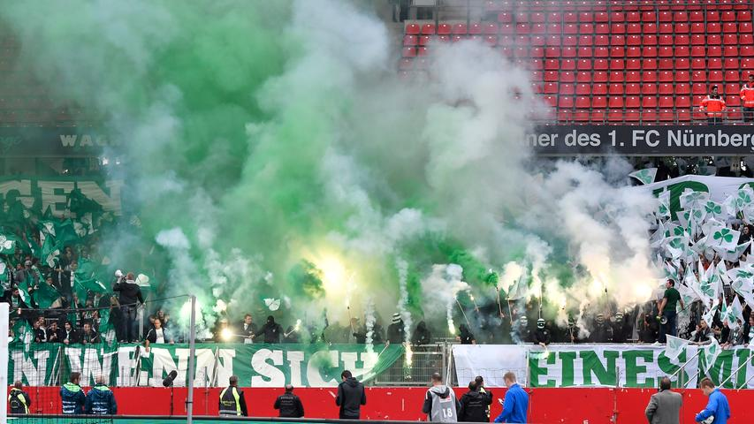 Trotz scharfer Kontrollen ist es den Fans gelungen, jede Menge verbotener Pyrotechnik ins Stadion zu schmuggeln.