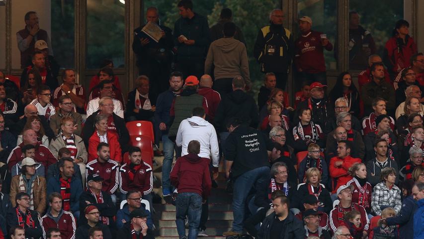 Kurz vor Spielende verlassen die Clubfans in Scharen das Stadion.