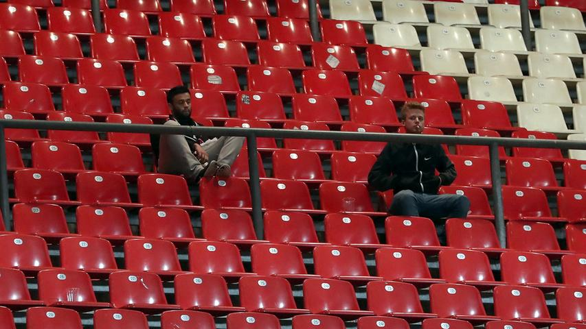 Manche bleiben aber auch nur völlig versteinert sitzen und können nicht fassen, was mit ihrem Club derzeit los ist.