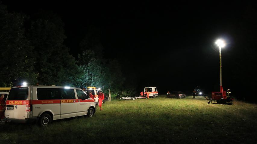 Eine Umweltkatastrophe sorgt fuer einen Grosseinsatz fuer die Feuerwehren am Dienstagabend (20.09.2016) nahe des Mains am Westsee in Bad Staffelstein (Lkr. Lichtenfels). Foto: News5/Merzbach