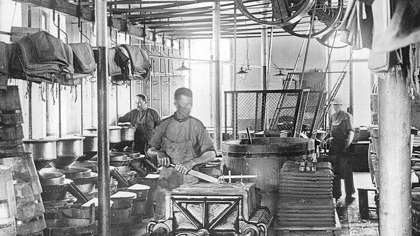 1856 sicherte sich Faber ein Graphitvorkommen in Sibirien und hatte Zugang zum wichtigen Rohstoff. Das Unternehmen erweiterte ein paar Jahre später sein Sortiment um Griffel, Schiefertafeln und Zeichenbedarf. 1874 erfand Faber den Kopierstift. Die Produktpalette erweiterte sich um Buntstifte, Tinten und Malfarbe.