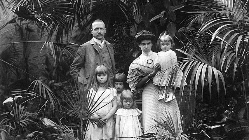 Die Enkelin heiratete 1898 Graf Alexander zu Castell-Rüdenhausen. Lothar von Faber bestand darauf, dass der Name Faber bei der Eheschließung von Ottilie auf jeden Fall erhalten bleiben sollte. So entstand der neue Name Faber-Castell. Das Paar bekam fünf Kinder, darunter der 1905 geborene Sohn Roland. Er übernahm nach dem Tod seines Vaters das Unternehmen, bis er nach 50 Jahren als Leiter 1978 ebenfalls starb.