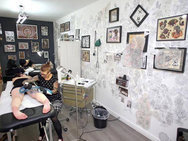 Motiv: 2. Versuch: Werkstattportrait bei Rabenschwarz Tattoo Liz Müller in  Aktion....Datum: 15.09.2016.. ..Fotograf: Roland Fengler....Ressort: Lokales  SamSon....Exklusiv