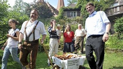 Brezeln im Pfarrgarten: Mit ihrer Auftaktveranstaltung am vergangenen Wochenende hatte die evangelische Kirchengemeinde Vach vollen Erfolg. Heute geht es mit einem Straßenfest weiter.