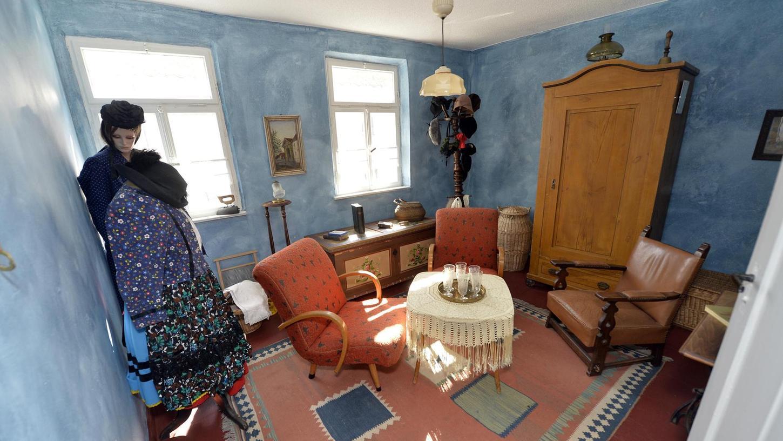 Das Frauenzimmer im ersten Stock des Hauses enthält neben alten Einrichtungsgegenständen auch zwei Puppen in alten Trachten.