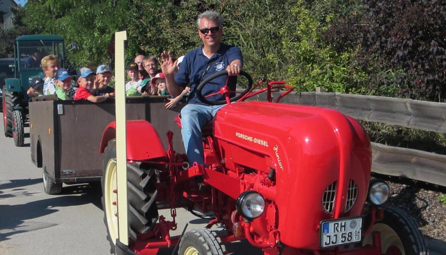 Kleine Traktorfahrt gefällig? Auch für die Kinder war das Acker- und Schlepperfest am Sonntag in Oberreichenbach ein großer Spaß. Kräftig anpacken: Vor der Technisierung war das in der Landwirtschaft selbstverständlich. Muskelkraft statt PS waren zum Beispiel beim Baumsägen gefragt.