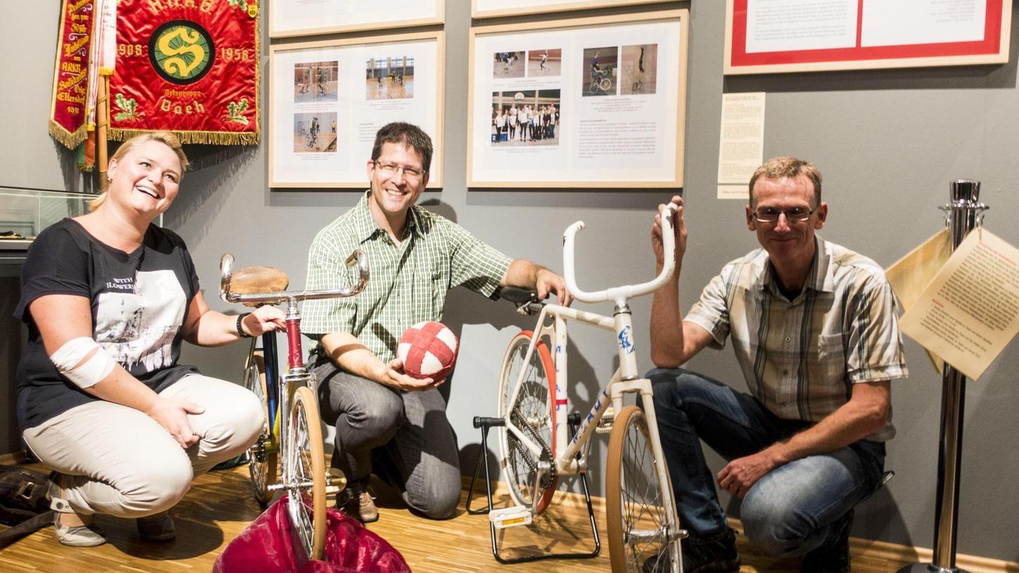 Ein altes Kinderrad für Kunstradfahrer oder Radballspieler haben Nicole Seemann, Lorenz Hoffmann-Kuhnt und Stefan Schmauß vom Rad- und Sportverein Solidarität Fürth-Vach in die Ausstellung eingebracht.