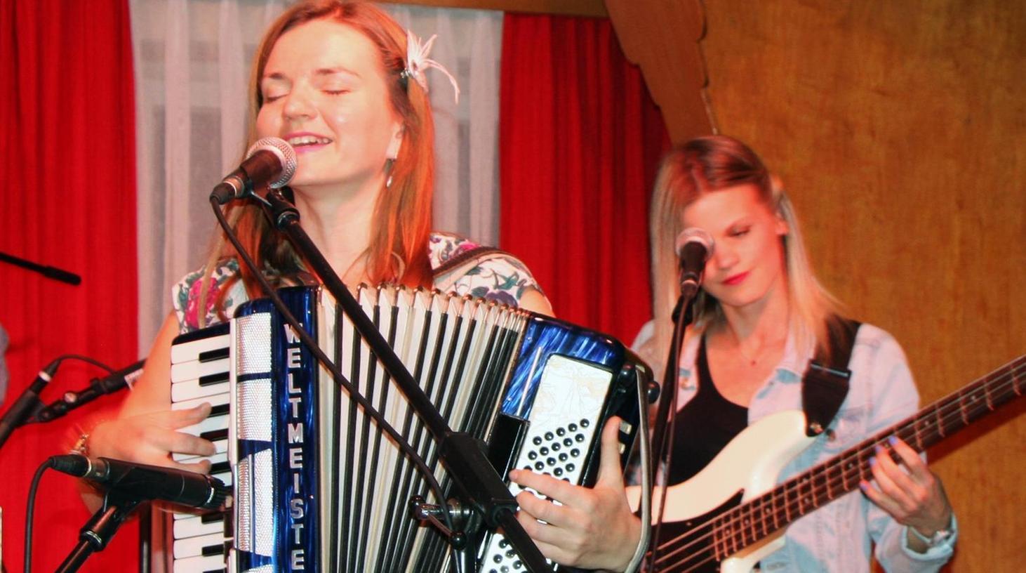 Musik mit viel Gefühl: Liene Grosa (Akkordeon) und Marika Arro (Bass).