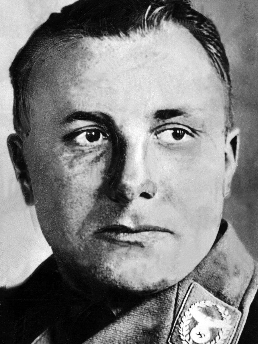 Martin Bormann war Leiter der Partei-Kanzlei der NSDAP  und Vertrauter Hitlers. Er wurde wegen Verbrechen gegen das Kriegsrecht und Verbrechen gegen die Menschlichkeit zum Tod durch den Strang verurteilt. Bormann war während der Nürnberger Prozesse nicht anwesend - da er bereits tot war. Jahrelang hielten sich Gerüchte, dass Bormann sich ins Ausland abgesetzt habe. Bis 1972 seine Leiche bei Bauarbeiten in Berlin entdeckt wurde. Er hatte sich am 2. Mai 1945 selbst umgebracht.