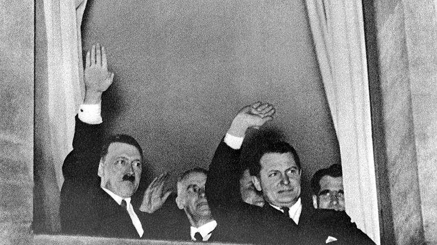 Wilhelm Frick (2.v.l.) war bis 1943 Reichsminister des Inneren. Es wurde wegen Planung, Entfesselung und Durchführung des Angriffskrieges, Verbrechen gegen das Kriegsrecht und Verbrechen gegen die Menschlichkeit zum Tode durch den Strang verurteilt.