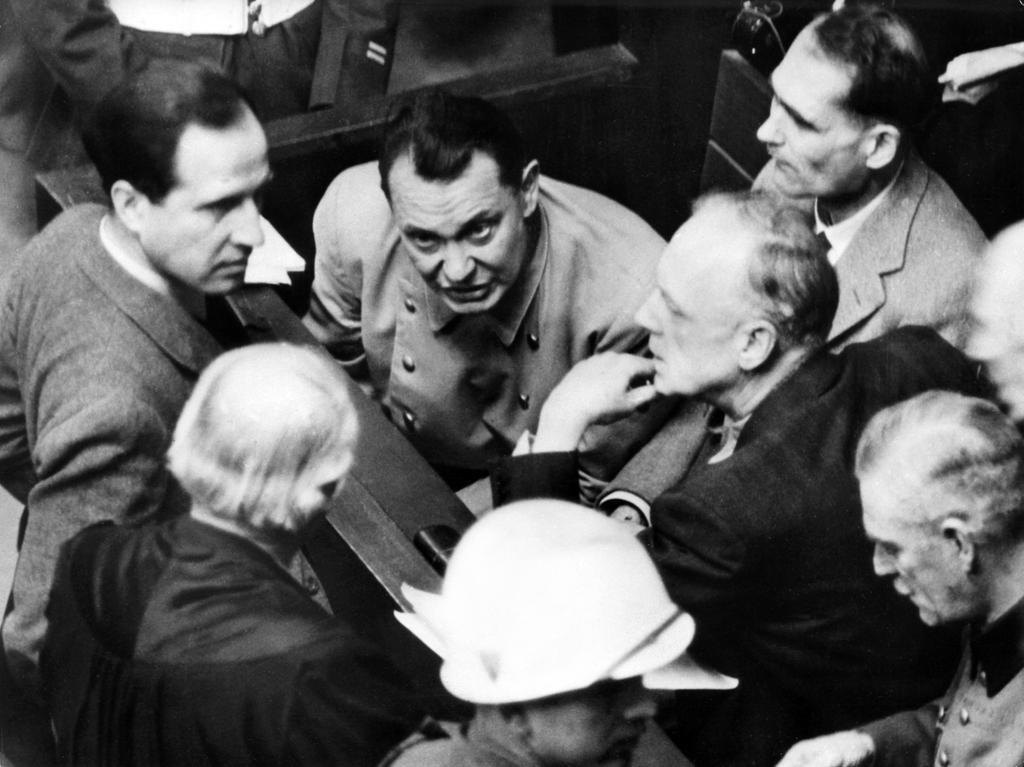 Hermann Göring wurde in allen vier Anklagepunkten schuldig gesprochen und zum Tod durch den Strang verurteilt. Er war ein führender Politiker des Nationalsozialismus und Oberbefehlshaber der deutschen Luftwaffe.  Die Nürnberger Nachrichten schreiben am Samstag, 16 März 1946: