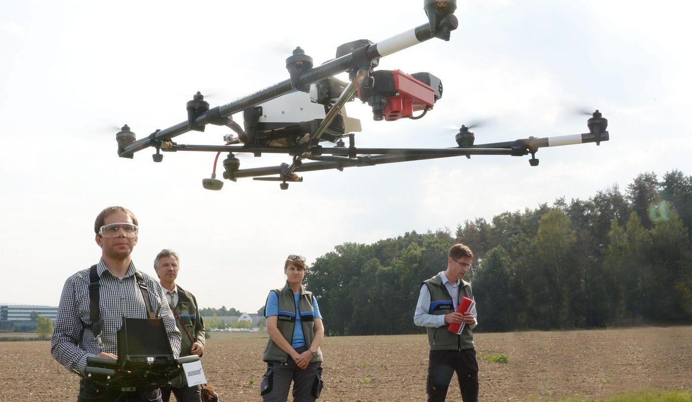 Christian Schunk (links) lässt die Drohne in die Luft steigen. Erkenntnisse über das Kiefernsterben erhoffen sich davon Forstdirektor Peter Pröbstle, Försterin Heike Grumann und Forstoberrat Steffen Täger (von links).
