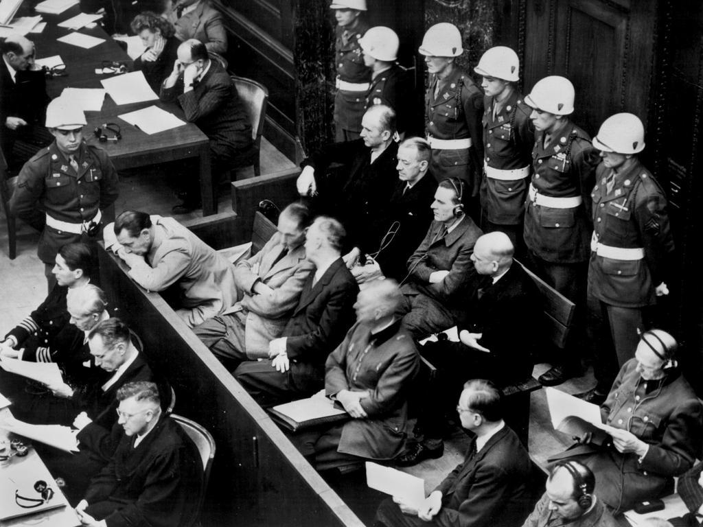 Alfred Rosenberg (Zweite Reihe, 2.v.r.) war schuldig nach allen vier Punkten und wurde zum Tod durch den Strang verurteilt. Rosenberg wurde – als Nazi der ersten Stunde — schon 1923
