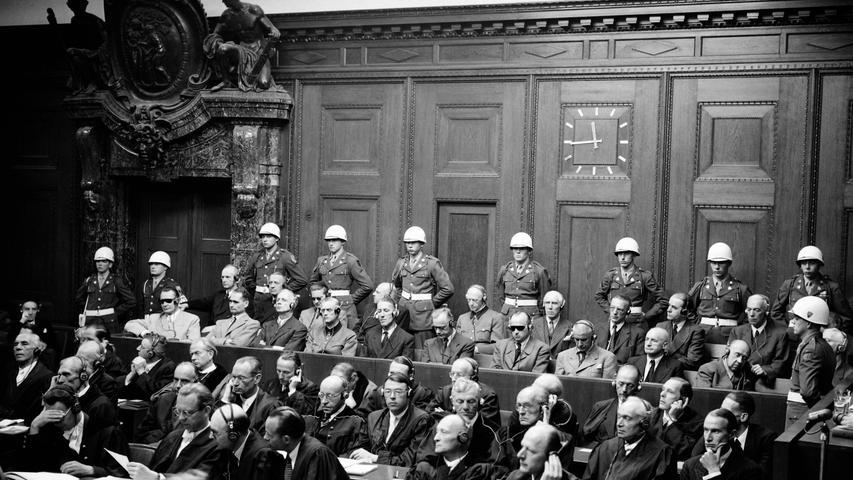Ernst Kaltenbrunner (erste Reihe, 6.v.l.) wurde wegen Verbrechen gegen das Kriegsrecht und Verbrechen gegen die Menschlichkeit zum Tod durch den Strang verurteilt. Kaltenbrunner war Chef der Sicherheitspolizei und hochrangiger SS-Funktionär. Kaltenbrunner blieb während des Prozesses dabei, dass er von Vernichtungsbefehlen nichts gewusst habe. Die Ankläger legten ihm seinen Brief an den OB von Wien über vier Transporte mit je 1200 Juden aus Budapest nach Wien vor – mit Kaltenbrunners Unterschrift. Der wollte von diesem Brief nicht wissen. Auch die Unterschrift sei nicht seine, selbst wenn sie die gleiche war wie die, mit der er im Gerichtssaal schon immer die Protokolle unterschrieben hat. Das Urteil wurde am 16. Oktober 1946 vollstreckt.