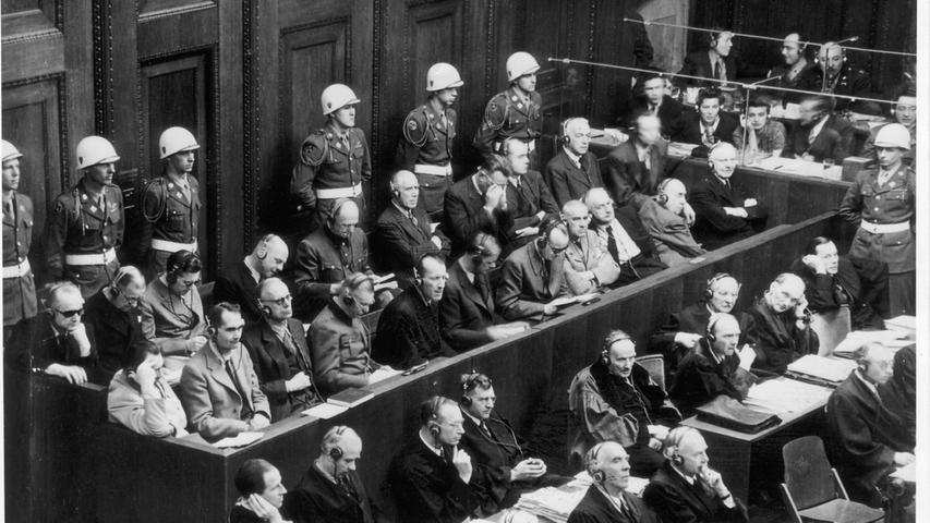 Arthur Seyß-Inquart (Zweite Reihe, 2. v.r.) wurde in drei von vier Anklagepunkten schuldig gesprochen und zum Tod durch den Strang verurteilt. Nach Beginn des Zweiten Weltkrieges wurde Seyß-Inquart Ende Oktober 1939 Stellvertreter des Generalgouverneurs Hans Frank. 1945 trat er in die Fußstapfen von Ribbentrop, da Hitler ihn in seinem Testament für den Posten des Reichsaußenminister ernannt hat. Am 16. Oktober 1946 wurde der österreichische Jurist in Nürnberg hingerichtet.