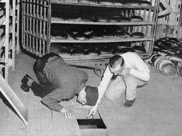 Die Konsum-Großbäckerei am Schleifweg belieferte das Kriegsgefangenenlager Langwasser (li.). Nach dem gescheiterten Anschlag entdeckten amerikanische Ermittler das Arsen-Versteck unter dem Fußboden des Betriebes (re.). Dort wurden noch vier volle Giftflaschen gefunden.