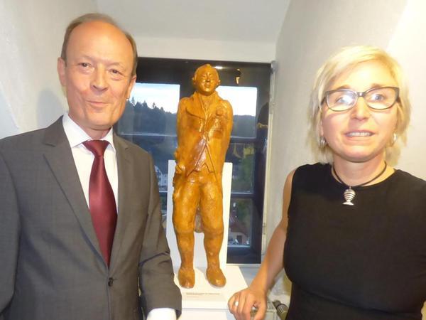 """Küffner-Forscher Karlheinz Fietta (li.) und Kerstin Kassel vor dem Tonabdruck der """"Küffner-Büste"""", die die Betzensteiner Künstlerin geschaffen hat."""