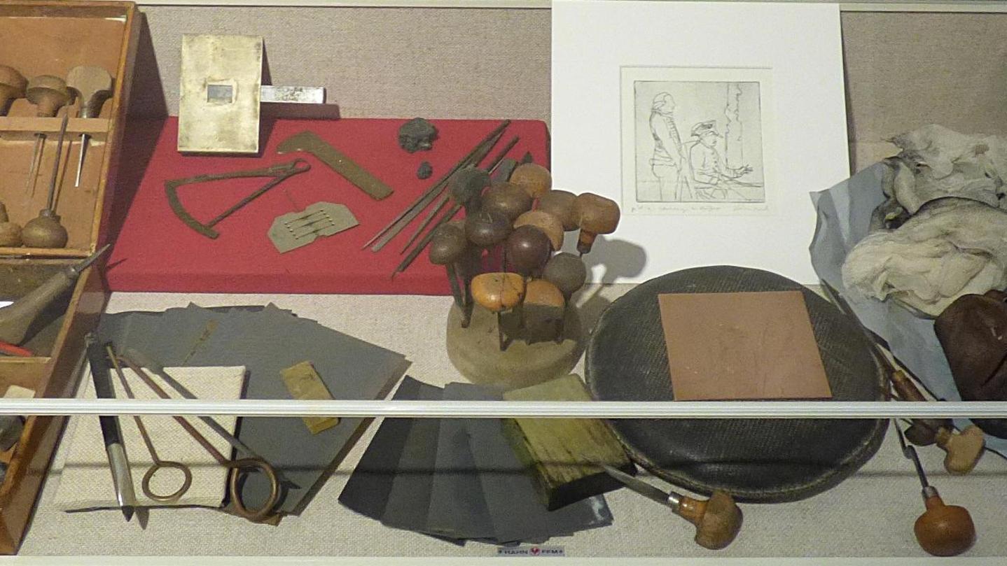 """Die Ausstellung """"Tatort Franken"""" im Fränkischen Schweiz-Museum in Tüchersfeld zeigt unter anderem das historische Werkzeug eines Kupferstechers. Mit solchen Geräten hat der berühmte Betzensteiner Künstler Abraham Wolfgang Küffner gearbeitet."""