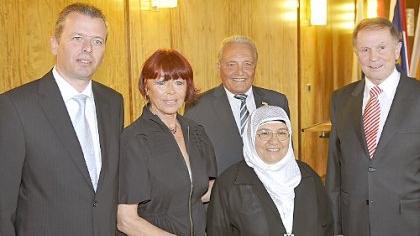 Der OB mit dem Quartett, das wegen seiner Verdienste um Nürnberg gestern aus den Händen Ulrich Malys die Bürgermedaille bekam: Brigitta Heyduck, Kamile Erdemir, Manfred Mägerlein und Gunther Oschmann (von links).